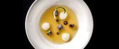 El chef Óscar Calleja rubrica con platos fantásticos sus propuestas plenas de creatividad en las que fusiona técnicas y productos de Cantabria, México y Asia. Desde sus comienzos, hace ya siete años, el restaurante Annua ha roto esquemas, tanto con la puesta en escena a la que contribuye un enc…