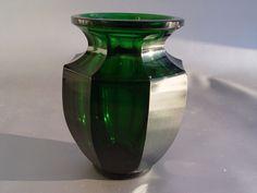 Art Deco Vase, grünesGlas achtfacher  Schälschliff, Josef Hoffmann, 12,5cm.