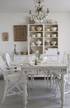 39 Beautiful Shabby Chic Dining Room Design Ideas: A Beautiful White Dining Room Room Table That Matches The Shabby Chic Dining Room, Shabby Chic Kitchen, Shabby Chic Homes, Shabby Chic Furniture, Cottage Furniture, Dark Furniture, Comedor Shabby Chic, Cocina Shabby Chic, Muebles Shabby Chic