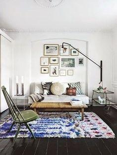 都会的な空間も、カラフルラグが部屋にニュアンスをもたらします。