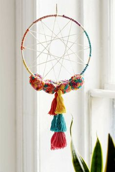 Playful pillow design with tassels and pompons - Decoration Solutions Diy And Crafts, Crafts For Kids, Arts And Crafts, Pom Pom Crafts, Pillow Design, Diy Art, Diy Room Decor, Tassels, Weaving