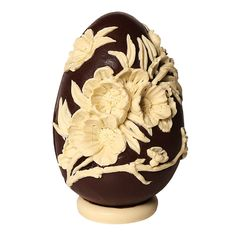Chocolate egg with each flowers Chocolate Work, Easter Chocolate, How To Make Chocolate, Chocolate Lovers, Chocolate Heaven, Sugar Eggs For Easter, Easter Eggs, Paletas Chocolate, Easter Biscuits