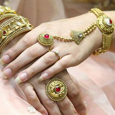 "Photo from Manubhai Jewellers ""Portfolio"" album Indian Jewelry Sets, Silver Jewellery Indian, Gold Ring Designs, Gold Jewellery Design, Manubhai Jewellers, Fashion Jewelry, Women Jewelry, Hand Jewelry, Jewelry Patterns"