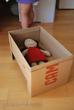 cuna con caja de zapatos · cardboard doll crib ·