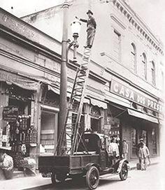 Reparos na rede elétrica no centro de São Paulo,R.Florêncio de Abreu. década de 20