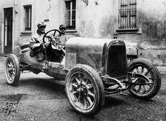 Alfa Romeo 20-30 E.S. Sport 1921 pronta per il collaudo su strada. Al volante, il conte Montalbani, affiancato da Pietro Bonini