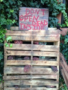 I used zombie masks, plastic hands and feet from the dollar store to stuff, staple and tape to two wooden pallets. Stacking one pallet in front of the other hides a lot of empty space. Art Halloween, Scary Halloween Decorations, Halloween Haunted Houses, Halloween Projects, Happy Halloween, Halloween College, Pallet Ideas For Halloween, Halloween Couples, Halloween Recipe