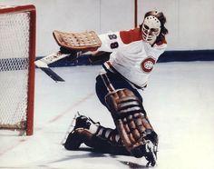 Ken Dryden : En 1971-72, Dryden prend part à 64 matchs, signe 39 victoires, ne subissant que huit revers et affichant une moyenne de buts alloués de 2,24. Il a remporté le trophée Calder et a été invité à garder les filets du Canada dans l'historique série contre l'Union soviétique avant le début de la saison de la LNH. Après les succès de la Série du siècle, il poursuivi sa domination chez les gardiens de la LNH. Il a remporté une deuxième coupe Stanley et un premier trophée Vézina en… Ice Hockey Teams, Hockey Goalie, Hockey Players, Montreal Canadiens, Nhl, Ken Dryden, Hockey Memes, Goalie Mask, Columbus Blue Jackets