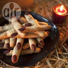 "Печенье Пальцы ведьмы (""witches fingers cookies"" - the one's that Vika did! Halloween Desserts, Postres Halloween, Recetas Halloween, Soirée Halloween, Halloween Buffet, Halloween Dinner, Halloween Goodies, Halloween Cupcakes, Halloween Birthday"