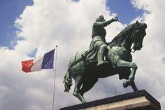 Depuis 1430, Orléans célèbre Jeanne d'Arc dont la statue équestre se dresse, depuis le 8 mai 1855, sur la place du Martroi.