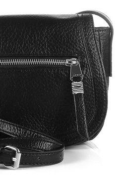 Pieni ja sievä Espritin musta olkalaukku on loistava kesäisiin päiviin! Laukku kulkee kätevästi mukanasi olalla ja sinne mahtuu juuri hyvin esimerkiksi lompakko ja puhelin.  Esprit olkalaukku, 065EA1O010, musta