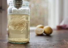 Fermentert grønnsaksjuice er rasende sunt og i min verden veldig godt! Lag myse ved å sile syrnet upasteurisert melk (kefir, surmelk, tjukkmelk, yoghurt) gjennom et tett klede. Den klare væsken kan brukes til å pangstarte melkesyregjæringen.