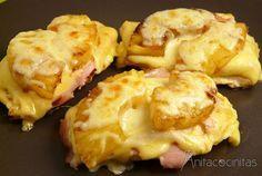 Pechugas de pollo hawaianas: poner a la plancha los filetes de pollo hasta casi dorar,  dorar en la misma satén las rodajas de piña. Cuando esté lista montar en una fuente de horno: poner los filetes,  el jamón cocido,  una loncha de queso que funda bien y la piña.  Cubrir con queso rallado y un chorrito de miel. Meter al horno hasta fundir y servir. ...