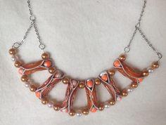 J'ai voulu créer ce collier aux belles couleurs orangées pour mettre en valeur notre bronzage estival (oui... Il va bien finir par faire beau...) Ce collier se compose de six ca - 18312945