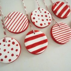 Here is a different way to decorate your homemade ornaments. (in Portuguese & English) by http://www.soldaeira.blogspot.it/2012/12/decoracoes-de-natal-christmas-ornaments.html                                                                                                                                                                                 Más