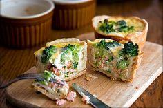 Рыбный пирог прекрасен и как самостоятельное блюдо, и как закуска. Попробуйте приготовить его не в привычном большом формате, а в порционных формах. Это выглядит эффектно.