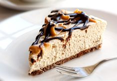 Baileys no-bake cheesecake is delicious, easy to make and full of creamy cheese with a sweet liqueur flavour throughout. Baileys cheesecake is our favourite Baileys Cheesecake, Cheesecake Au Café, Caramel Cheesecake, Chocolate Cheesecake, Maltesers Cheesecake, Cake Chocolate, Thermomix Cheesecake, Snickers Torte, Chocolate Baileys