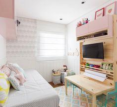 Já imaginou um quarto só para brincar? Projeto lindo feito pela @jugranadolau + nosso Ateliê, com tapete, almofadas, edredom, papel de parede e quadrinhos. Tudo personalizado, feito sob-encomenda, com tecidos e cores que a cliente escolheu. Quer um também? É só marcar o seu horário por telefone ou enviar um email, vai ser um prazer te atender!   #uauababy #uauábaby #quartouaua #quartodebebe #quartoinfantil #quartodecriança #brinquedoteca #quadros #almofadas #papeluaua #papeldeparede…
