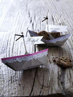 Papierschiffchen mit Namensschild