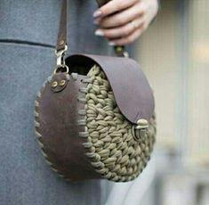 Marvelous Crochet A Shell Stitch Purse Bag Ideas. Wonderful Crochet A Shell Stitch Purse Bag Ideas. Crochet Handbags, Crochet Purses, Crochet Bags, Crea Cuir, Mode Crochet, Macrame Bag, Purse Patterns, T Shirt Yarn, Knitted Bags