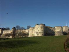 Fondé au 11°s par Guillaume de Conquérant, le Château de Caen a connu nombre de vicissitudes au cours de sa très longue histoire. Il subit notamment, comme le reste de la ville, d'intenses bombardements en 1944. Restauré et désormais préservé, ce géant majestueux recèle bien des mervelles.