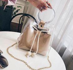 La translucide est le sac idéal pour celles qui suivent les dernières tendances. Ses poignées translucide et son extérieur mettent en évidence le sac intérieur. Ce merveilleux petit sac est idéal pour toutes vos sorties. Transparent Bag, Little Bag, Small Shoulder Bag, Women Brands, Bucket Bag, Handbags, Mini, Womens Fashion, Unique