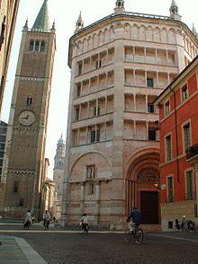 Battistero di Parma: l'edificio rosso a destra sorge in corrispondenza della casa natale di Salimbene de Adam ( o  Salimbene da Parma ).