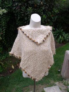 ponchito elegante poncho lana,fantasia telar cuadrado Crochet Scarves, Crochet Shawl, Knit Crochet, Loom Weaving, Hand Weaving, Poncho Lana, Sew Your Own Clothes, Blanket Scarf, Loom Knitting