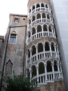 Scala Contarini del Bovolo, Venice, Italy - I'll never forget coming through the alley and seeing this.. nor will I forget sliding down the Rialto Bridge and eating gelato with my Aussie mate Jane - link includes some dazzling photos of crazy spiral staircases around the globe