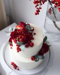 Свадебный торт.  Нижний ярус - нежный медовый, верхний - лимонный с голубикой. Автор instagram.com/Anastasiiafilipova Beautiful Birthday Cakes, Beautiful Cakes, Amazing Cakes, Cute Desserts, Delicious Desserts, Fruit Birthday Cake, Cupcake Cakes, Cake Cookies, Gourmet Cakes