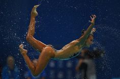 Una nuotatrice sincronizzata greca, il 26 luglio a Kazan, in Russia, durante i Mondiali di nuoto (CHRISTOPHE SIMON/AFP/Getty Images)