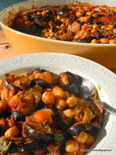 Ρεβίθια με μελιτζάνες στον φούρνο Eggplant Dishes, Baked Eggplant, Vegetarian Recipes, Cooking Recipes, Healthy Recipes, Food Decoration, Greek Recipes, Food And Drink, Favorite Recipes