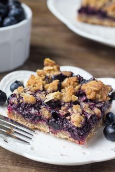These blueberry oatmeal crumble bars are bursting with juicy blueberries, and filled with crunchy oatmeal crumble. They can be made with fresh or frozen blueberries, and the oatmeal mixture doubles as the base and crumble Blueberry Oatmeal Bars, Blueberry Desserts, Blueberry Squares, Frozen Blueberry Recipes, Blueberry Oatmeal Muffins, Oatmeal Breakfast Bars, Blueberry Crisp, Healthy Desserts, Cookie Recipes