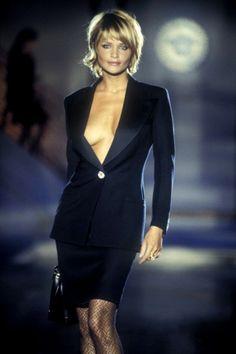 Atelier Versace Fall/Winter 1994 - Best New Hair Styles Atelier Versace, Gianni Versace, Medium Hair Styles, Short Hair Styles, Actrices Sexy, Original Supermodels, Helena Christensen, Great Hair, Bob Hairstyles