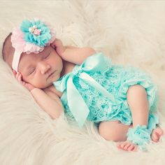 Oh sleeping babies are my absolute favorite! This sweet baby looks so cute in her #thinkpinkbows headband!! I hope all of you are having a fabulous weekend! Thanks for the pic @elanaschilke  #newborn #baby #thinkpinkbows #headband