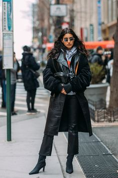 latest fashion trends for women clothes, street style women inspiration minimal classic Street Style Looks, Looks Style, Street Style Women, Street Styles, Latest Fashion For Women, Latest Fashion Trends, Womens Fashion, Fashion Edgy, Feminine Fashion