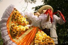Bambuco Festival, la gente se vistan en costumbres tradicionales y participan en muchos talleres como enseñar las bailes de la region. Es muy divertido y popular en el sur de colombia.