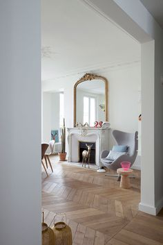 Typically Parisian interior, clean, white and uncluttered. Beautiful parquet floor Plus Living Room Interior, Home Interior, Home Living Room, Interior Architecture, Interior And Exterior, Living Spaces, Interior Decorating, Ok Design, House Design