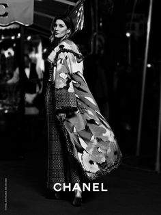 Chanel S/S 2015 Advertising Photography Karl Lagerfeld featuring Gisele Bundchen Fashion Advertising, Advertising Design, Karl Lagerfeld, Chanel 2015, Chanel Outfit, Gisele Bundchen, Photo Look, Punk, Advertising Photography