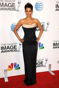 Halle Berry in Vivienne Westwood at the NAACP Image Awards! Halle Berry Style, Halle Berry Hot, Vivienne Westwood, Star Fashion, Fashion Models, Dress Vestidos, Red Carpet Fashion, Black Is Beautiful, Dress To Impress