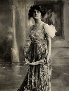 fewthistle:    Lily Elsie. Edwardian elegance. Early 1900's.  Lily Elsie was a popular English actress and singer during the Edwardian era (1901-1910). Admired for her beauty and charm on stage, Elsie became one of the most photographed women of Edwardian times.