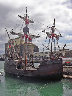 The Santa Maria de Colombo, a replica of the types of ship typical during the Portuguese discovery, built by craftsmen from Câmara de Lobos, Madeira Tall Ships, Santa Maria Ship, Christopher Columbus Voyages, Christoph Kolumbus, Bateau Pirate, Old Sailing Ships, Maputo, Wooden Ship, Yacht Boat
