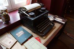 Feine englische Kuchen, Stückchen, dazu eine Tasse heißen Tee. Das alles gibt es in der Stadmitte am Fluss Saarbrücken. Hier eine alte Schreibmaschine im Cafe. Sie ist vom  großen Sherlock Holmes. Naja..eher nicht #stadtmitteamfluss #saarbruecken #bakerstreet #cafe Baker Street, Typewriter, Sherlock Holmes, Vintage Typewriters, English Cuisine, River, Office Workspace, Cake, Typewriters