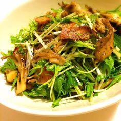 先日食べたサラダ。 簡単だけとデリ風な仕上がりです。 フライパンでドレッシングも一緒に作って、あたたかいまま水菜と和えるので、いい感じにしんなりして味もしみます。 今思ったんだけど……デリっぽさの基準てなんやろ?わからん\( 'ω')/ 水菜と舞茸のデリ風サラダ 【材料】(2~3人分) ・水菜 1/2束(食べやすい長さに切る) ・舞茸 1パック(ほぐす) Aベーコン 30gくらい(短冊切り) Aオリーブオイル 適量 B酢 大さじ2 B塩 小さじ1/2 ・粗挽き胡椒 お好みで ①水菜はボウルに入れておく。フライパンにAを入れ、弱めの中火でゆっくり加熱する。 ②ベーコンが透き通ってきたら舞茸を加えて炒める。しんなりしてきたらBを加えて煮立たせ、汁ごとボウルに入れてざっくりと和えて皿に盛る。好みで粗挽き胡椒をふる。