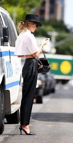 แฟชั่นขาวดำ เสื้อ Alexander Wang กางเกง Alexander McQUEEN รองเท้าส้นสูง Alexander Wang กระเป๋า Sophie Hulme หมวก Madewell