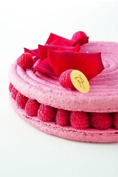 Ce gâteau est une subtile alliance de la crème aux pétales de rose, douce et suave, avec le litchi dont la saveur, prolongement…