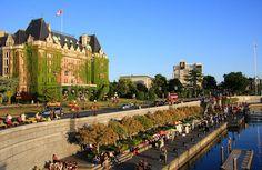 Victoria CANADA. Menos de un viaje en ferry de dos horas de Vancouver es la ciudad capital de la provincia de Victoria. Esta ciudad costera pintoresca, con su centro de ciudad compacta, es el lugar ideal para explorar a pie. La línea de costa está adornada por el histórico Empress Hotel , famoso por su té de la tarde. Los visitantes pueden pasear por el puerto interior para ver artistas callejeros, relajarse en un banco del parque, o admirar los edificios del parlamento de la ciudad. Uno de…