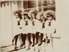 Olha que foto cute!! Os siblings Romanov, em 1908. <3 <3 Da esquerda para direita em ordem de crescimento (do maior para o menor): Grand Duchesses Olga Nikolaevna, Tatiana Nikolaevna, Marie Nikolaevna, Anastasia Nikolaevna e Tsarevich Alexei Nikolaevich.