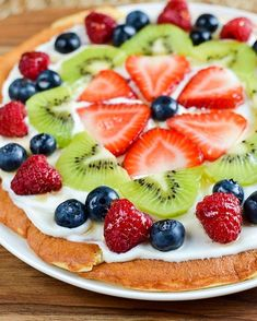 Slimming Eats Low Syn Fruit Pizza - gluten free, vegetarian, Slimming World and Weight Watchers friendly Slimming World Vegetarian Recipes, Slimming World Desserts, Healthy Recipes, Slimming Recipes, Free Recipes, Healthy Desserts, Delicious Recipes, Delicious Fruit, Party Recipes