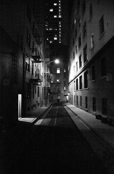 Ésta es Burritt Street, la calle donde fue asesinado el socio de Sam Spade en El Halcón Maltés...